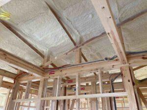 【埼玉県吉川市】T様邸注文住宅新築工事は吹き付け断熱工事が完了しました。